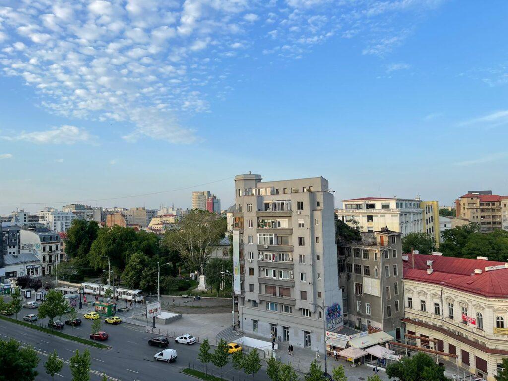 Aceasta este priveliștea localului naive din Magazinul București, vederea este spre bulevardul I.C. Brătianu.
